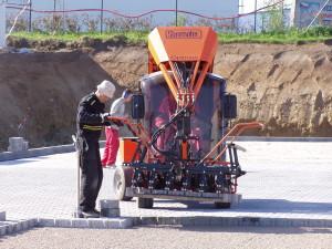 Kladecí stroj na zámkovou dlažbu